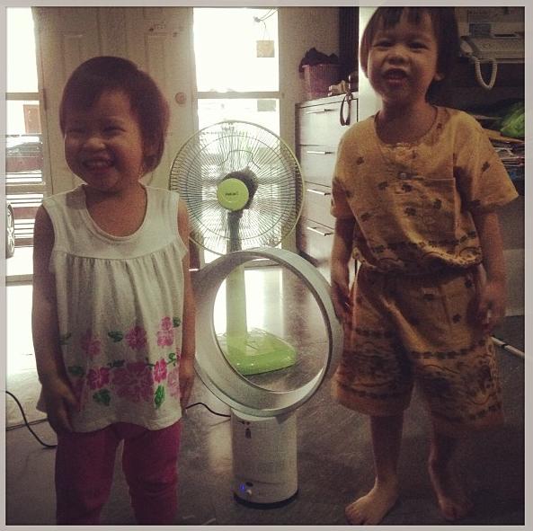 [ 3 ขวบ] @paphakornp กับ @ornpaphap กับพัดลมไร้ใบ ซื้อจาก TV Direct ใน TARAD.com เป็ปชอบมากๆ ไม่อันตรายด้วย cc: @popdazzle