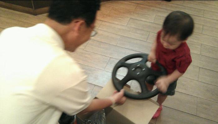 [3 ขวบ] @paphakorn พาอากงไปซื้อ พัดลม เด็กทั่วไปคงขอของเล่น อากงรักเป็ปมาก และเช่นกัน เป็ปก็รักอากงเช่นกัน (เพราะอากงตามใจเป็ปทุกอย่าง) ฮ่าๆ ในภาพกำลังช่วยกันประกอบพัดลมด้วยกัน อากงกับหลาน